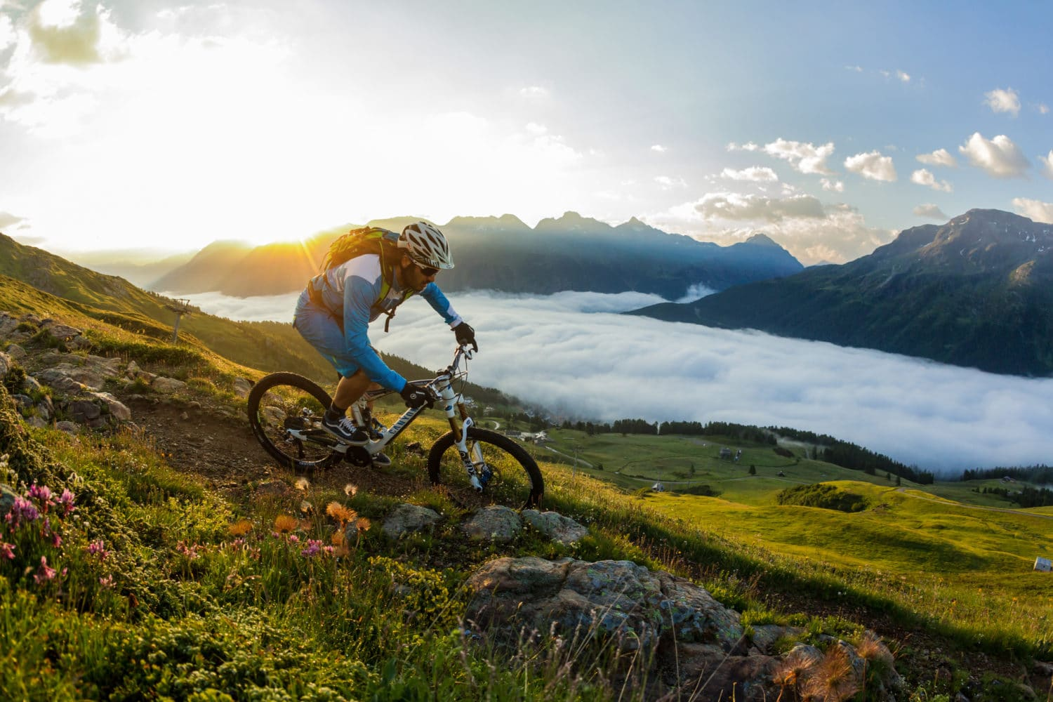 ENGADIN ST. MORITZ - Mountainbiker bei Sonnenaufgang auf dem Flow Trail auf der Corviglia. ENGADIN ST. MORITZ - Mountain biker on the Flow Trail on the Corviglia at sunrise. ENGADIN ST. MORITZ - Biker all'alba, sul Flow-trail del Corviglia. Copyright by: ENGADIN St. Moritz By-line: swiss-image.ch/Markus Greber