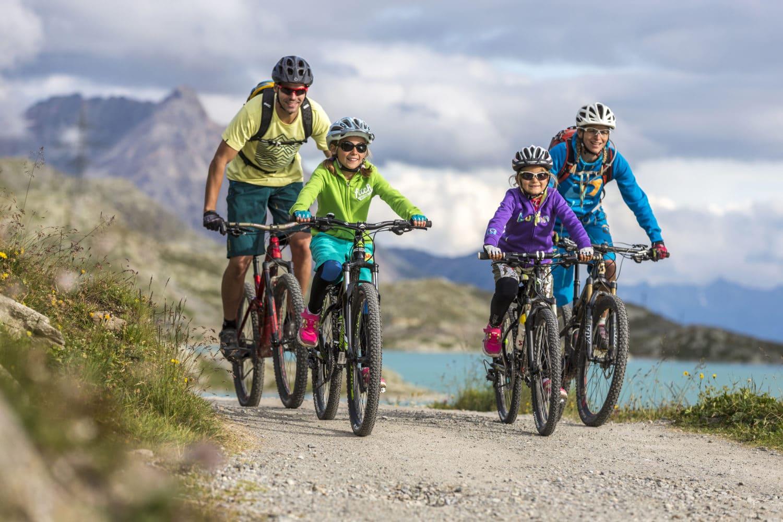 ENGADIN ST. MORITZ - Eine Familie beim Mountainbiken entlang des Lago Bianco. Im Hintergrund der Piz Sena (3'075 m). A family on a mountain bike outing along the Lago Bianco. In the background, Piz Sena (3075 m). Una famiglia in mountain bike lungo il Lago Bianco. Sullo sfondo il Piz Sena (3'075 m). Copyright by ENGADIN St. Moritz By-line: swiss-image.ch/Markus Greber