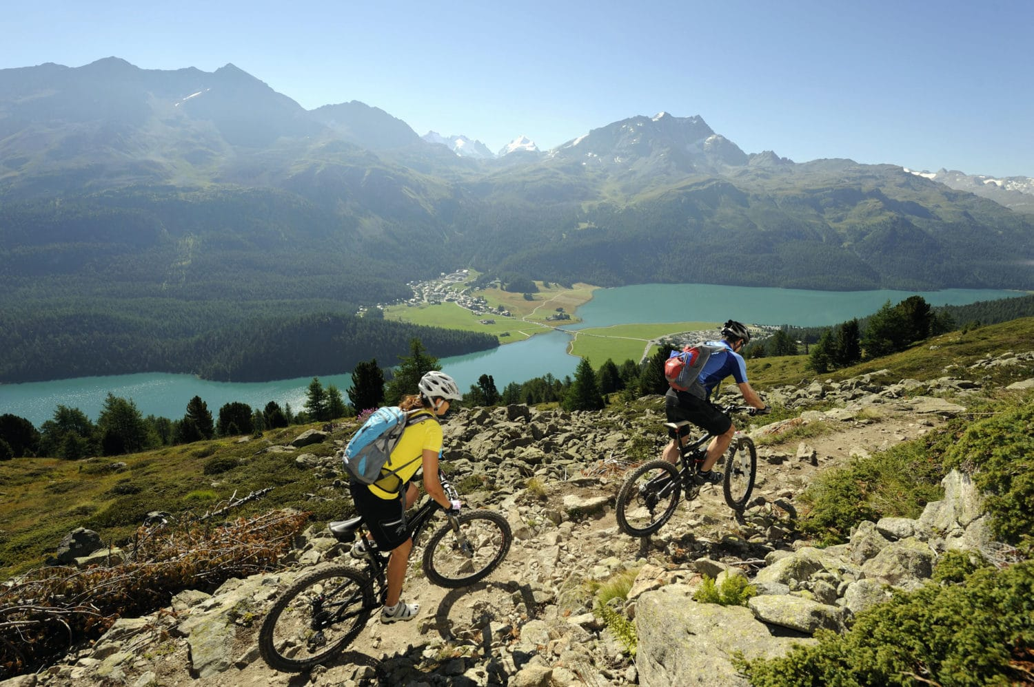 ENGADIN ST. MORITZ - Mountainbiker auf dem Padella-Corviglia-Panoramatrail, im Orchas-Gebiet, unterhalb von Piz Albana. Blick auf Silvaplana, Champferer und Silvaplaner See, Silvaplana-Surlej und Berge Piz San Gian (3134 m), Piz Surlej (3188 m), Munt Arlas (3127 m), Fuorcla Surlej (2755 m), Piz Murtel (3433 m) und Piz Corvatsch (3451 m). Mountainbiker sul trail panoramico Padella-Corviglia nella zona di Orchas, ai piedi del Piz Albana. Vista sui laghi di Silvaplana, Champfer e Silvaplana, e le montagne Piz San Gian (3134 m), Piz Surlej (3188 m), Munt Arlas (3127 m), Fuorcla Surlej (2755 m), Piz Murtel (3433 m) e Piz Corvatsch (3451 m). Mountain biker on the Padella-Corviglia Panorama Trail, in the Orchas region, below Piz Albana. View of Silvaplana, Lake Champfer and Lake Silvaplana, Silvaplana-Surlej and the mountains Piz San Gian (3,134 m), Piz Surlej (3,188 m), Munt Arlas (3,127 m), Fuorcla Surlej (2,755 m), Piz Murtel (3,433 m) and Piz Corvatsch (3,451 m). Copyright by: ENGADIN St. Moritz By-line: swiss-image.ch/Ralf Glaser