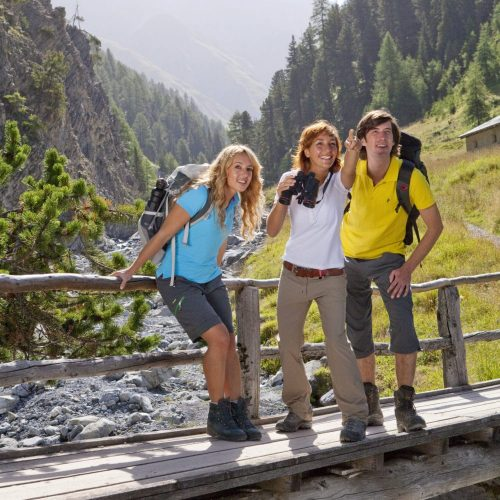ENGADIN St. Moritz - Gruppe am Wandern im Val Trupchun im Schweizer Nationalpark. Group hiking in the Val Trupchun, Swiss National Park. Gruppo in passeggiata in Val Trupchun, nel Parco Nazionale Svizzero. Copyright by ENGADIN St. Moritz By-line:swiss-image.ch/Christof Sonderegger